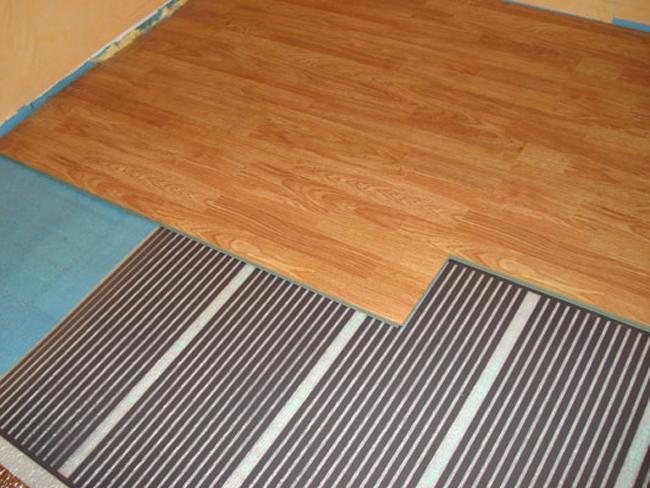 Если вы укладываете пленочный теплый пол под ламинат, то никаких серьезных проблем во время проведения работ возникнуть не должно