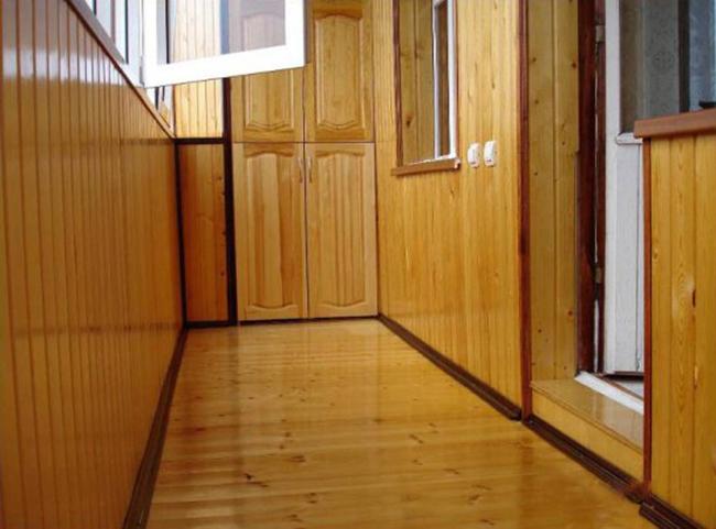 Наиболее часто домовладельцы выполняют деревянный пол на балконе