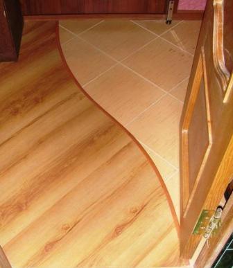 С помощью керамической плитки можно создать имитацию паркетного пола при условии, что в отличие от дерева плитка абсолютно влагонепроницаема