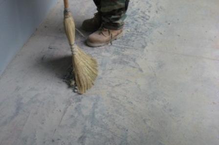 После того, как будут устранены все крупные дефекты, можете приступить к очистке основания от грязи, пыли и мусора