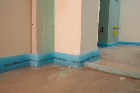 Чтобы изолировать от стен стяжку, вы можете воспользоваться демпферной лентой