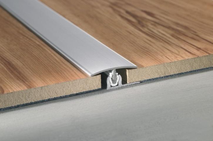Прямой вариант порога удобно использовать для оформления стыков напольных покрытий одной высоты и в одной плоскости