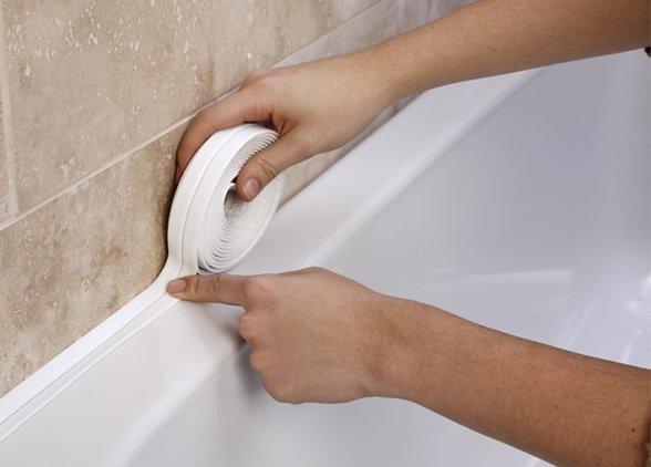 Плинтус на ванну в виде самоклеящейся ленты позволяет качественно и быстро обустроить пространство между ванной и стеной