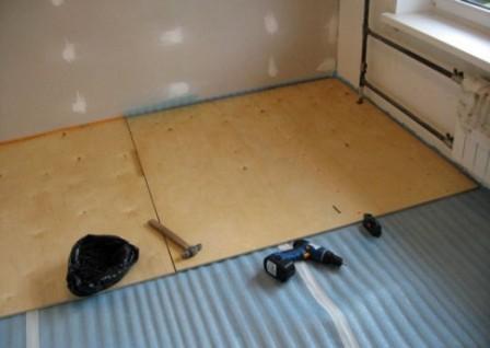 Выровнять деревянный пол можно с помощью листов фанеры или OSB