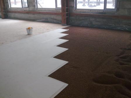 Сухая стяжка гипсоволокнистыми плитами – относительно новый метод. Монтаж происходит очень быстро
