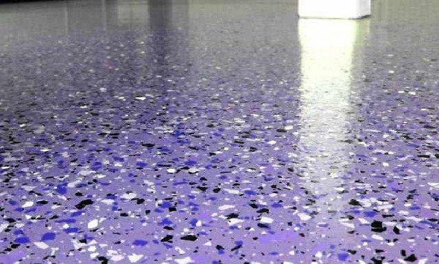Поверх декоративного слоя наносится прозрачный полимер