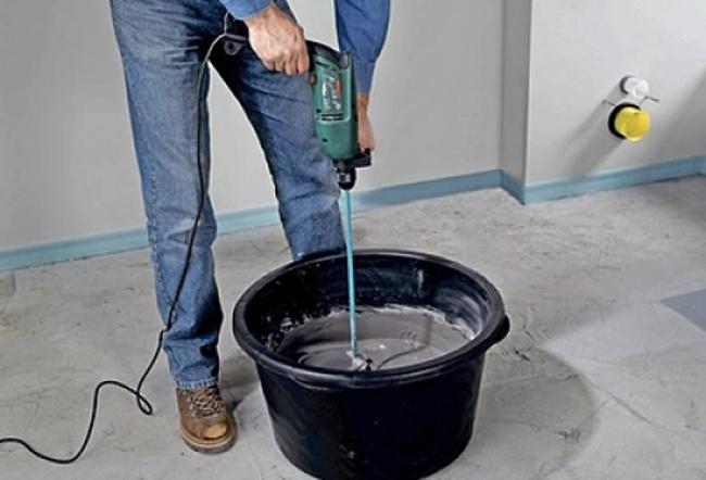 Смесь смешивают с водой в пропорциях, указанных на упаковке, и вымешивают до однородной массы