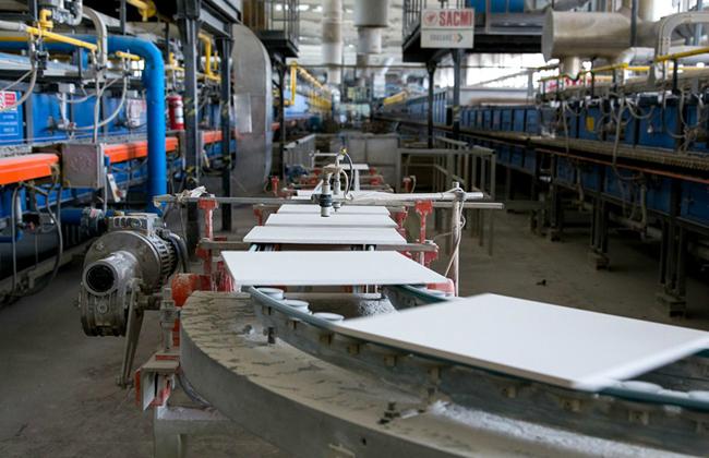 В основе технологии производства материала лежит принцип изготовления классического варианта керамической плитки