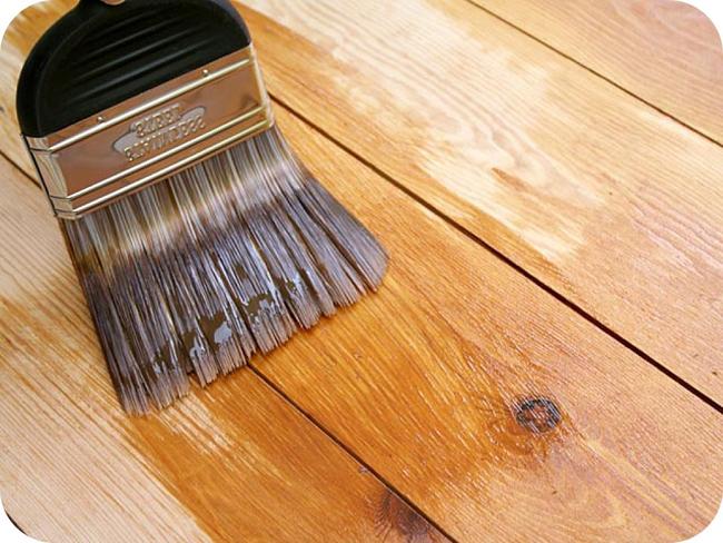 Грунтовочные лаки, обычно используемые на паркете, а также различные морилки для дерева, могут служить и для пропиточной гидроизоляции деревянного пола