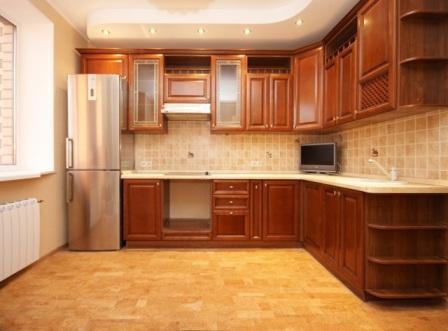 Для кухонного пола следует выбирать пробковое покрытие с лаковым или виниловым защитным слоем