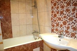 Керамическая плитка – идеальный вариант для облицовки ванной комнаты. Максимально водостойкое, надежное и декоративное покрытие