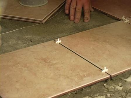 Чтобы получить швы между плитками одинаковой ширины – пользуйтесь крестиками соответствующего размера