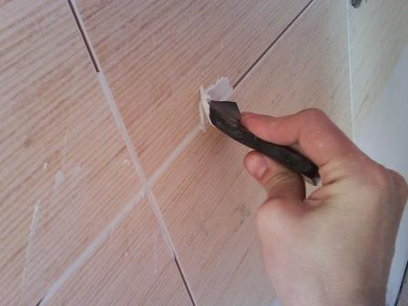 Затирку швов проводят через сутки после укладки плитки – когда затвердеет клей