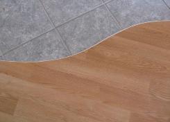 Сочетание плитки и ламината является прекрасным декоративным решением