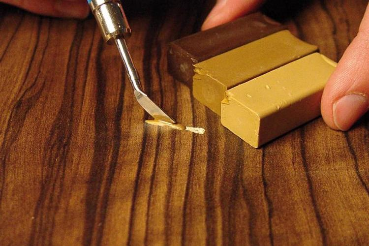 При сколах, царапинах и мелких дефектах демонтаж покрытия не потребуется