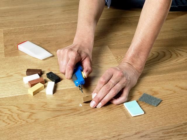 Сколы устраняются специальным набором для реставрирования напольного покрытия