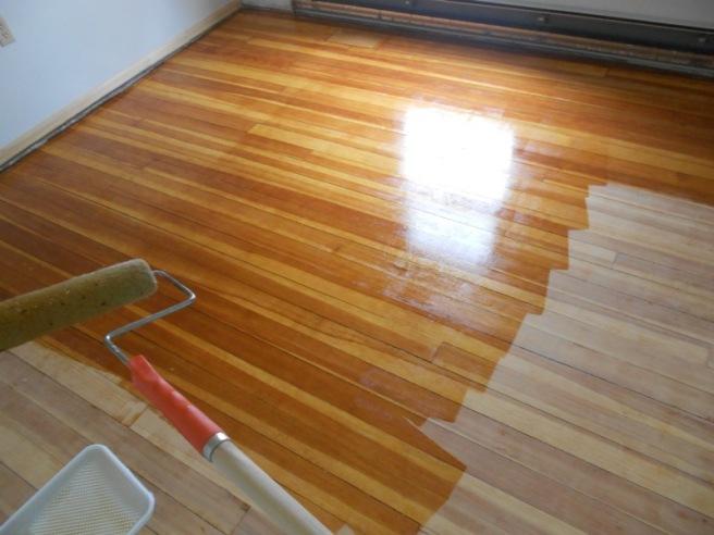 Чтобы освежить потускневшее и состарившееся ламинатное покрытие, следует использовать специальный напольный лак