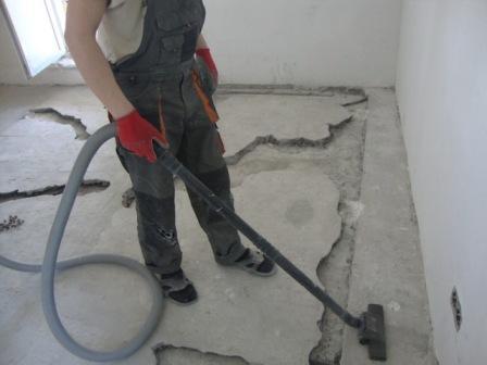 Убираем пыль и мусор - это залог качественного ремонта стяжки
