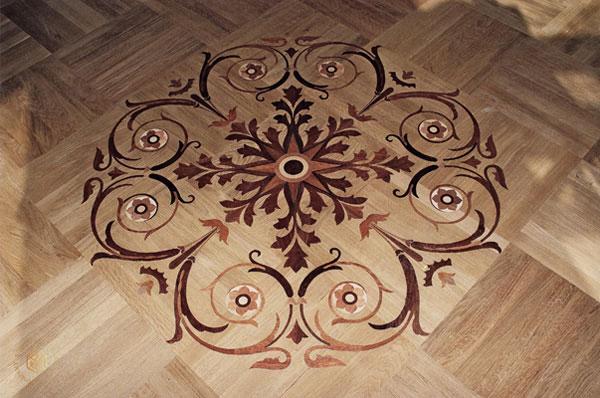 Художественный рисунок на полу можно выполнить с помощью трафарета