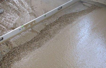 Бетонные перекрытия выравнивают с помощью цементно-песочной стяжки