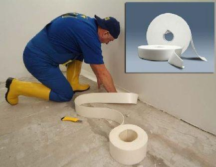Установите демпферную ленту вдоль стен, если стяжка толще 1-2см