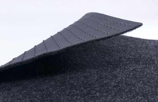 Наличие резиновой основы дает возможность устанавливать материал без приклеивания к поверхности