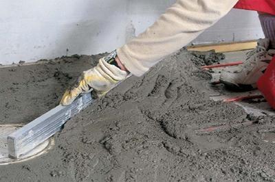 Заливка и выравнивание цементной стяжки проводится в несколько этапов