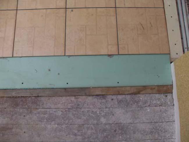 Заменить деревянный пол на плиточный можно и собственными силами