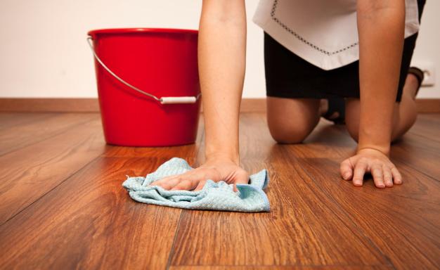 Для устранения пятен жира с ламинатов следует использовать раствор хозяйственного мыла