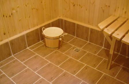 Для бань и ванных комнат, а также душевых, нужно выбирать специальную плитку на пол