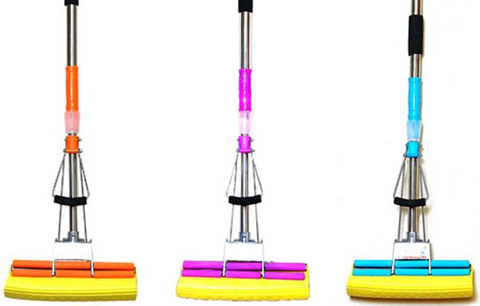 Один из наиболее распространенных видов швабр с отжимом — конструкция с губчатым валиком и роликовым механизмом отжима