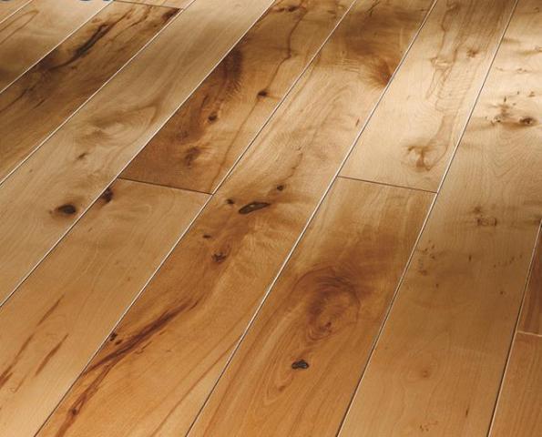 У правильно уложенных половых досок чередуется разное направление рисунков годовых колец древесины, что предусмотрено технологией укладки деревянных полов