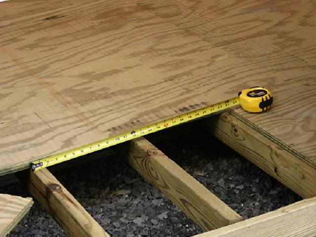 Если доски шириной 10 – 20 см и волны деформации по поверхности пола распределены равномерно, то для выравнивания подойдет фанера толщиной 8 – 10 мм