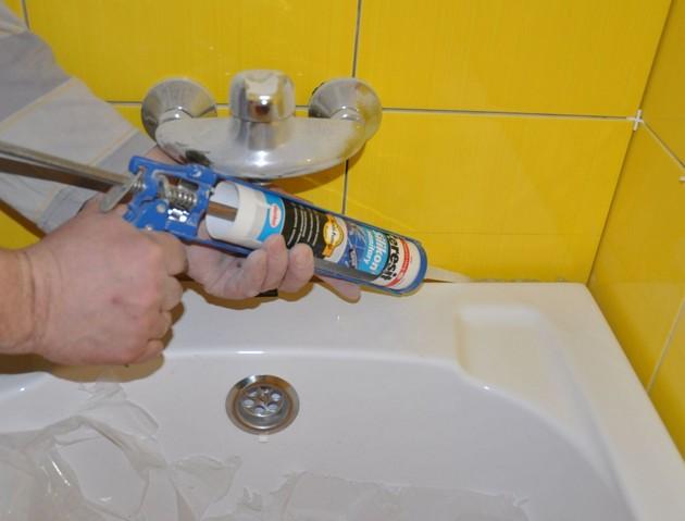 Для заделки швов в ванной комнате используется герметик
