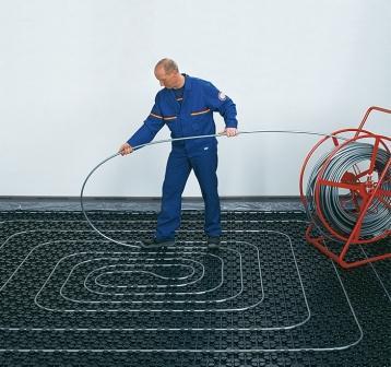 В просторных комнатах производители рекомендуют спиральный способ укладки труб