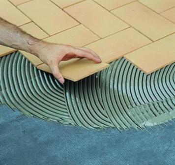 Плитка укладывается на тонкий слой клея, иначе пол будет плохо греть
