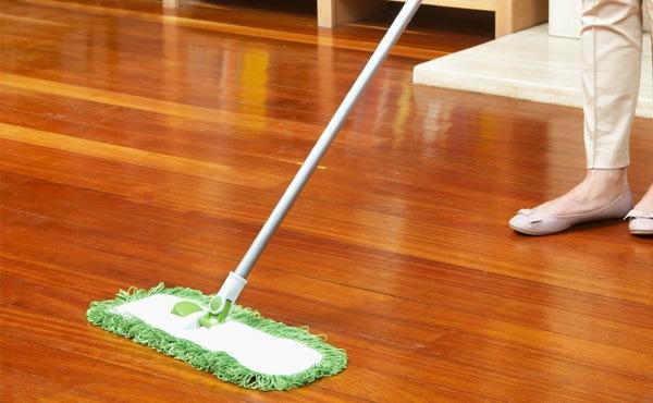 Если при уборке ламелей применяется моющий пылесос, следует тщательно удалить оставшуюся воду с поверхности шваброй