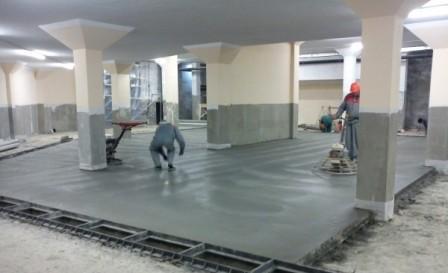 Использование опалубки, дает возможность формирования пола и предотвращает растекание бетонной смеси