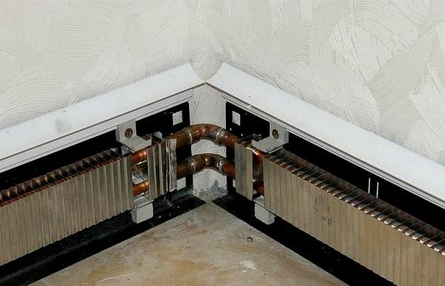 Температура в помещении регулируется вручную на распредколлекторе или в автоматическом режиме с помощью комнатных термостатов, управляющих сервоприводами вентилей распределительной системы