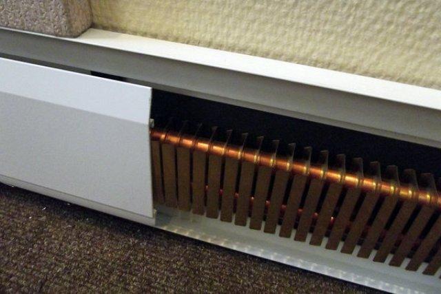 Поверхность модуля, обращенная к стене, открытая. Торцы кожуха закрываются декоративными заглушками