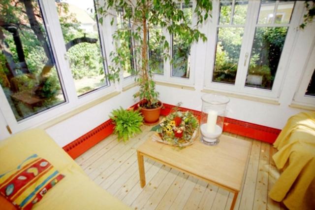 Наличие тепловых воздушных экранов перед наружными стенами и окнами, предотвращающих утечки тепла из помещения