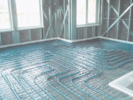 Трубопровод водяной системы теплого пола помещается в цементную стяжку