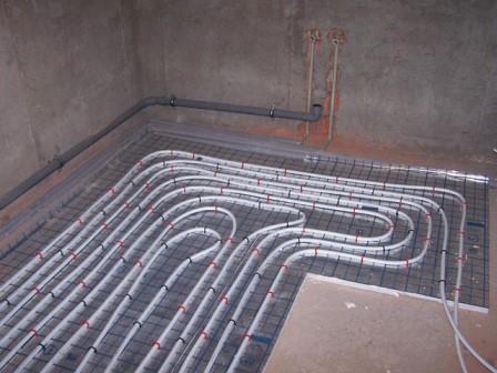 Система теплого водяного пола достаточно сложна и монтируется только в цементную стяжку