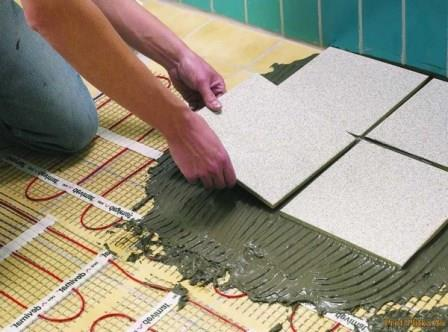 Плитка укладывается на слой стяжку толщиной не более сантиметра