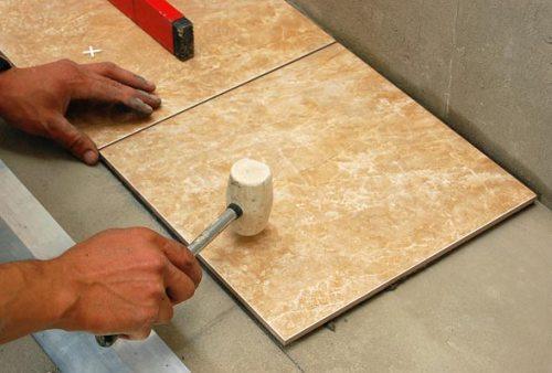 Керамическая плитка является хрупким материалом, поэтому используется только резиновый молоток