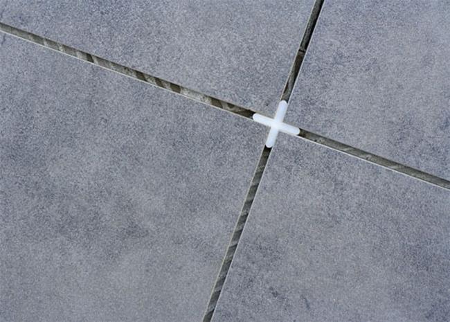 Чтобы расстояние между плитками было одинаковым, используют пластмассовые крестики