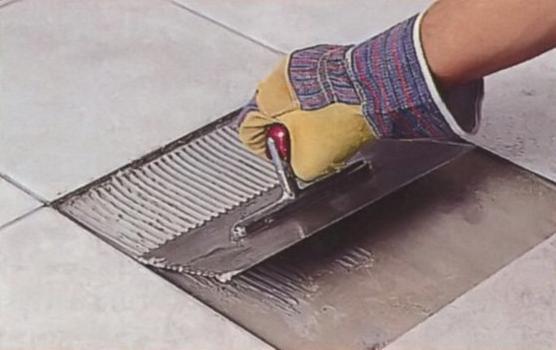Слой клея должен быть сплошным, иначе плитка сломается над пустотами