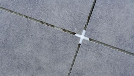 Чтобы швы между плитками были одинаковыми – пользуйтесь крестиками нужного размера