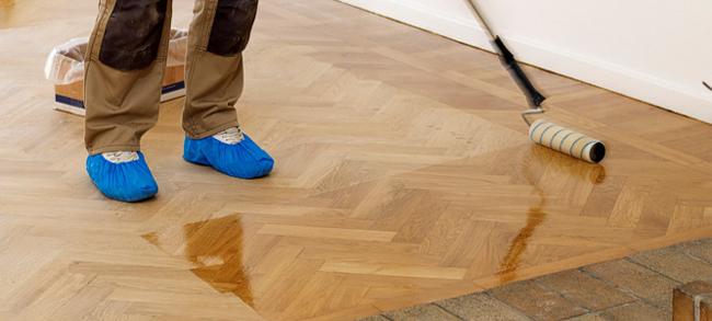 Основным отличием плитки «под паркет» от деревянного аналога является неприхотливость в уходе