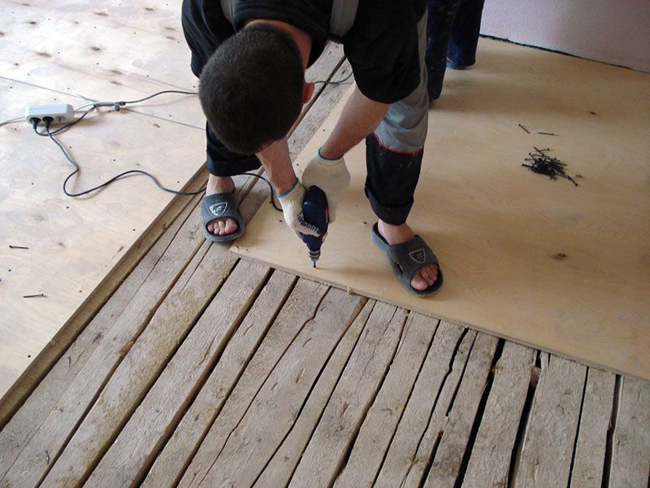 Листы фанеры можно укладывать на деревянный пол со щелями не более 5 см